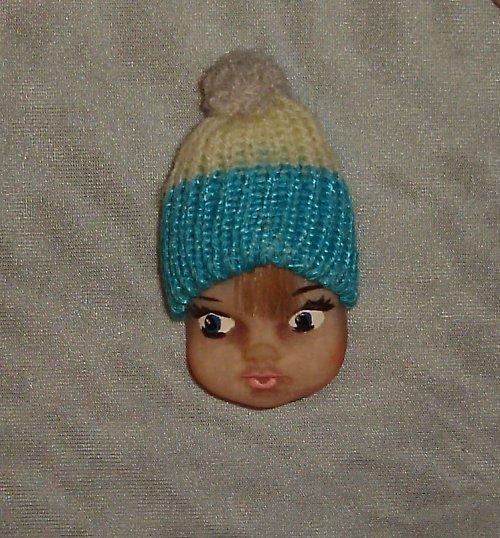 Krásná brož hlavička - panenka / holčička s čepicí