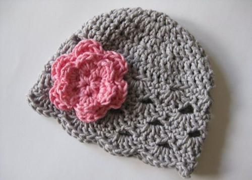 háčkovaná šedo-růžová čepička
