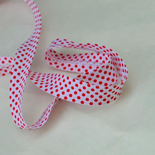 Šikmý proužek zažehlený červené puntíky na bílé