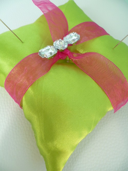 zelenofuchsiový polštářek pod prstýnky