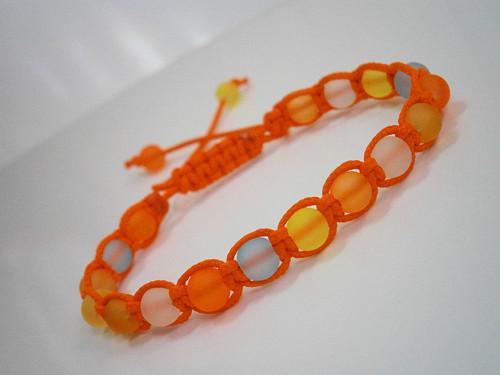 Oranžový neonový náramek (macramé)