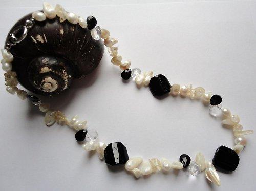 Elegantní náhrdelník z říčních perel a skla