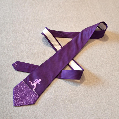 Hedvábná kravata s běžcem fialová
