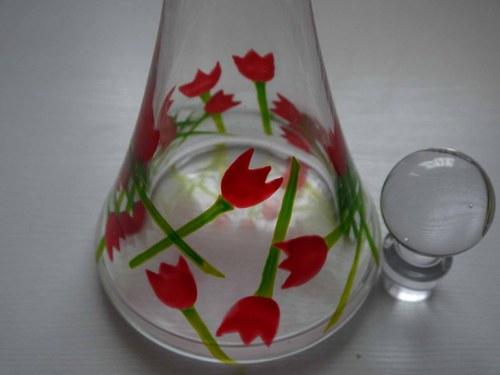 Karafa v tulipánech