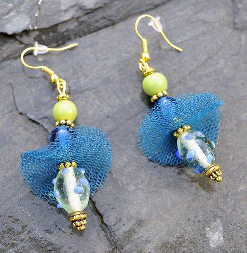 Zlaté naušnice-zelený a modrý korálek E0076B