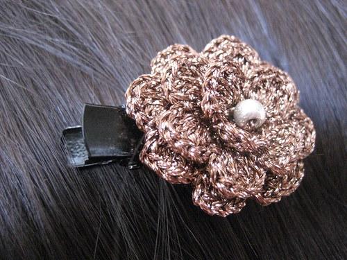 Spona do vlasů háčkovaná- měděná kytka s perličkou
