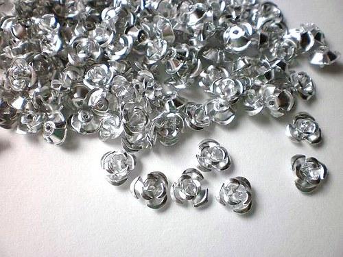 Kovové růžičky, průměr 10 mm 12 kusů
