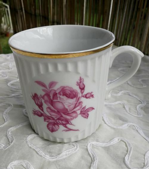 Porcelánový hrnek s dekorem růží