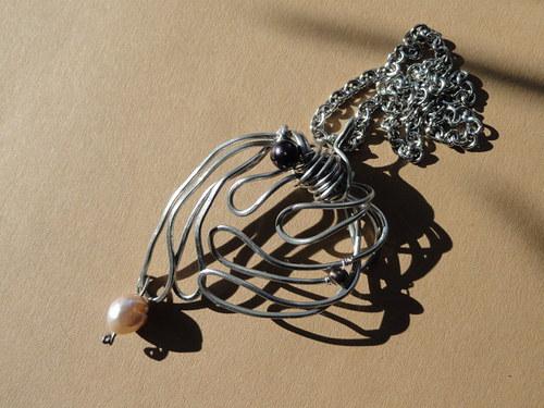 spoutaný s perlami