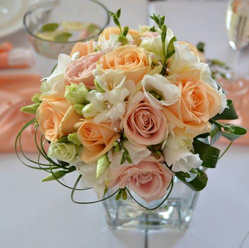svatební kytice- meruňkové tóny