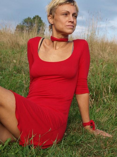 červene lehoučké šaty s tříčtvrtečním rukávem