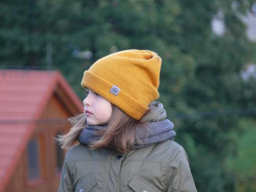 Zimní čepice s ohnutým okrajem v setu s nákrčníkem