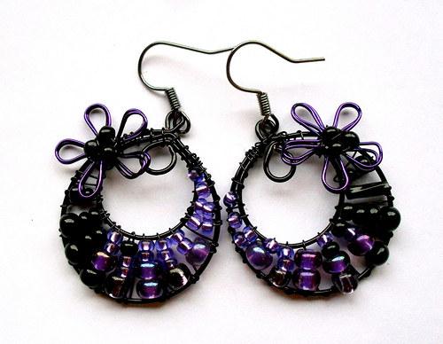 Menší fialovo-černé s kytičkou