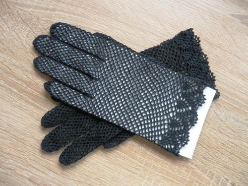 černé háčkované rukavičky s krajkovým lemem