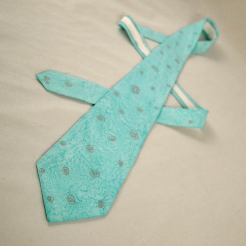 Tyrkysově zelená kravata se zavináči