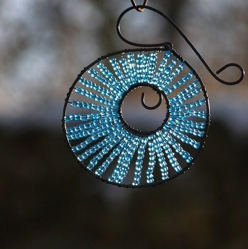 Kolečko k zavěšení světle modré - 10 cm