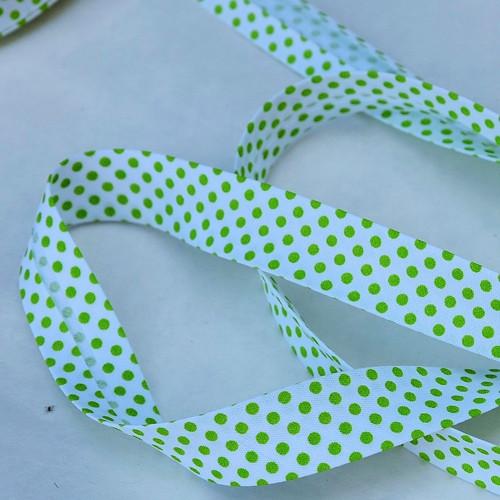 Šikmý proužek zažehlený zelené puntíky na bílé