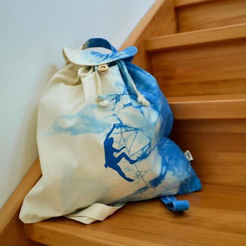 Plátěný batikovaný batůžek s modrým horolezcem