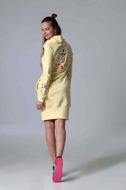 Teplákové šaty s rolákom a výšivkou