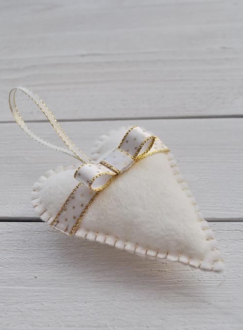 Srdíčko krémové s puntíkovanou mašlí