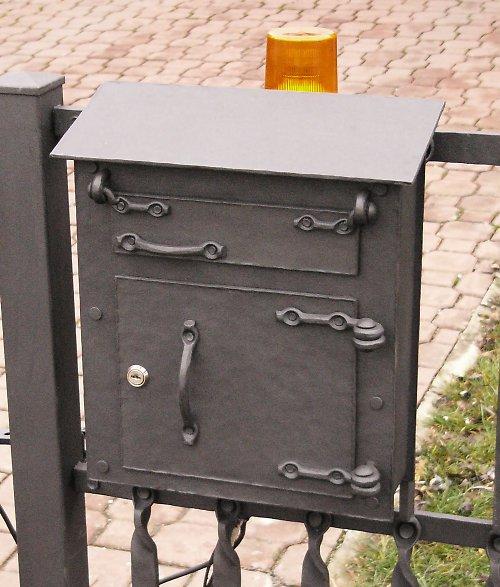 Kovaná dopisní schránka