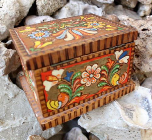 Dřevěná barevná šperkovnice