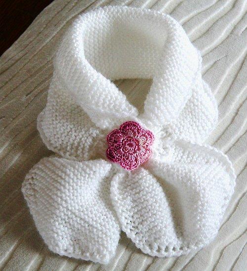Bílá pletená šála s růžovou kytičkou