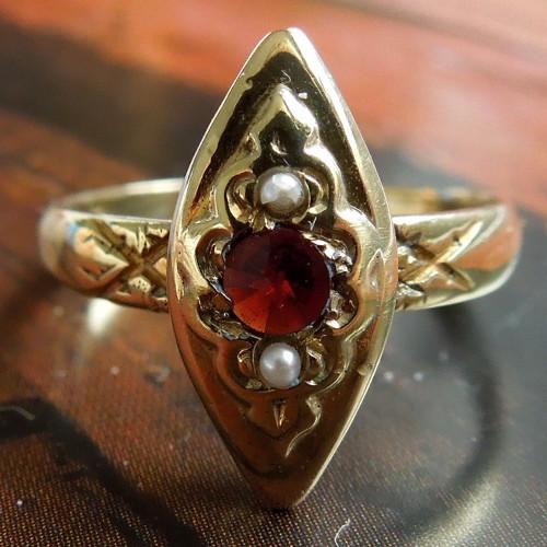 Prsten zlatý, český granát, perly, 49, Au 585/1000