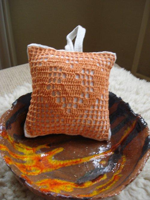 Dekorační polštářek s háčkovaným motivem srdíčka