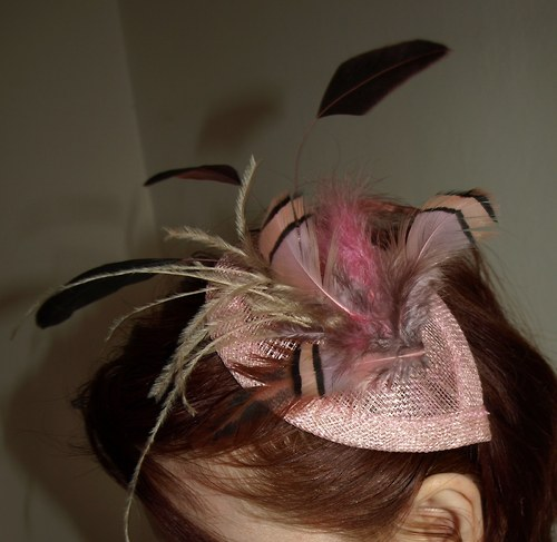 Starorůžový klobouček na čelence