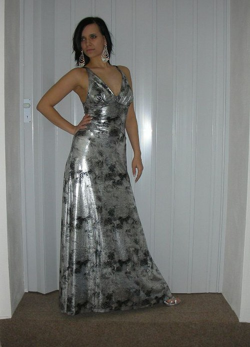 Stříbrnočerné batikované šaty