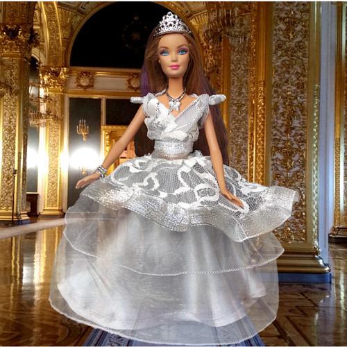 Stříbro-šedé šatičky pro Barbie