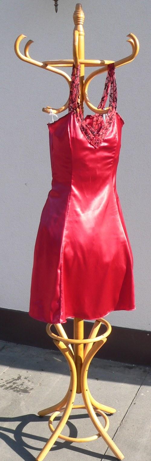 Červené satenové šaty