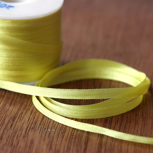 Hedvábná stužka světle žlutá 4mm