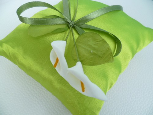zelený polštářek s kalami