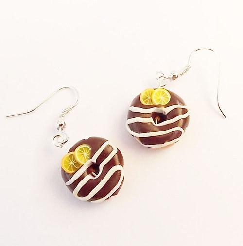 Donutky s čokoládovou polevou, citrony a pomeranči