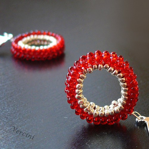 Červené šité kruhy
