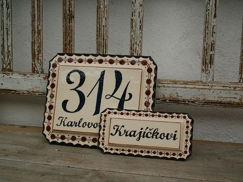 Domovní číslo se jmenovkou na zakázku