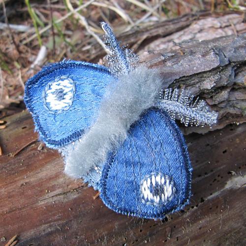 Můra modrá okatá - textilní brož