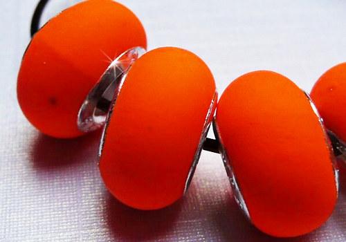Korálek se šir. průtahem gumový - oranžová / 1 ks
