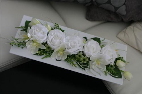 Dekorace s růžemi a orchidejemi ve smetanové