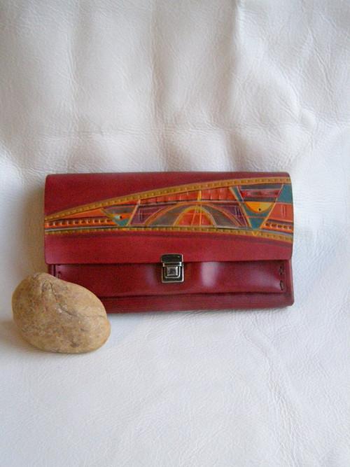 Červená peněženka s abstraktním vzorem