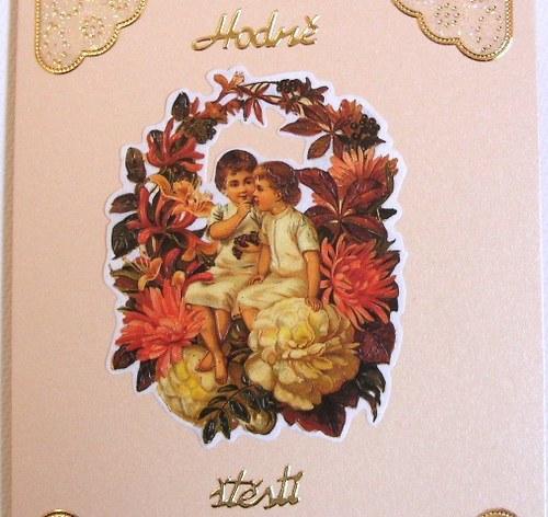 Blahopřání dvě dítka sedí mezi květinami - plody