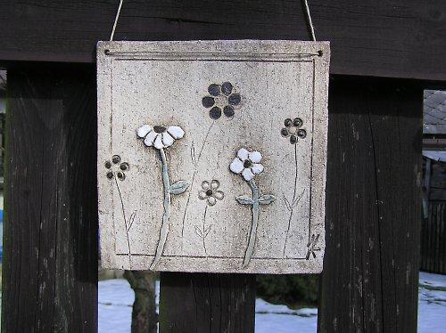 Keramická kachle s květinovým motivem