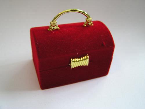 Sametová krabička na šperky - truhla červená