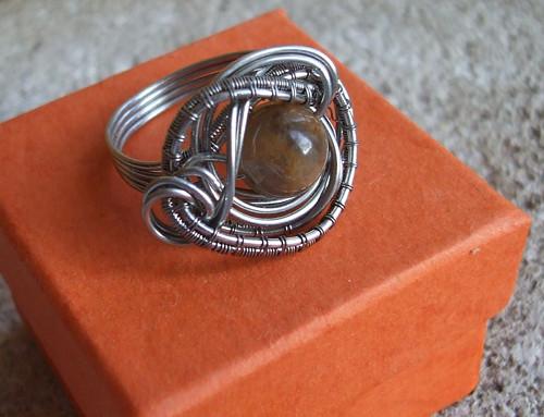 Prsten s přírodním černým slunečním kamenem.