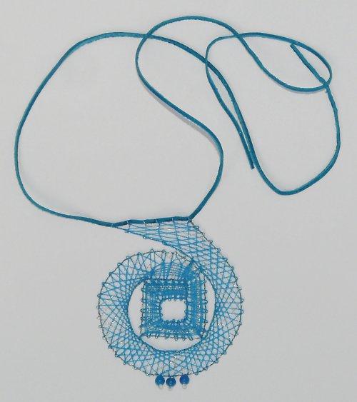 Paličkovaný náhrdelník - modrá spirála