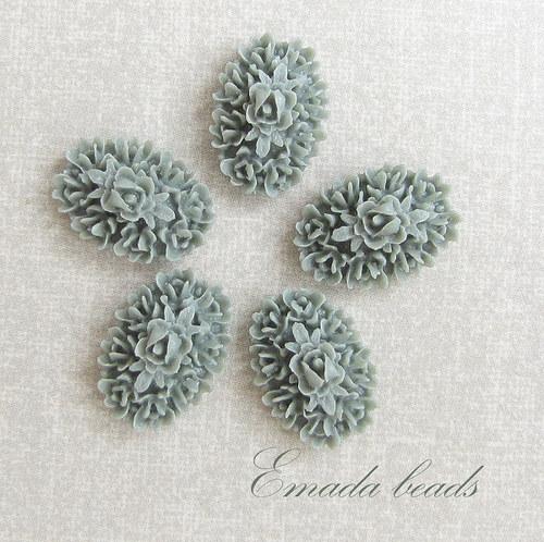 Resin růžičky, kabošon šedo-olivová 1,7 x 1,2 cm