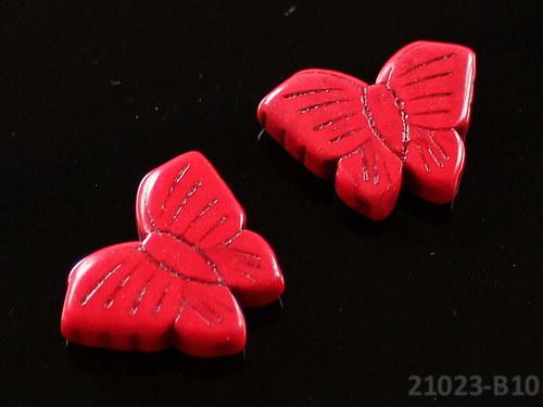 21023-B10 Motýlek z howlitu červený 27/20, á 1ks