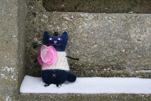 Přívěsek kočička modrá v mohéru s broží